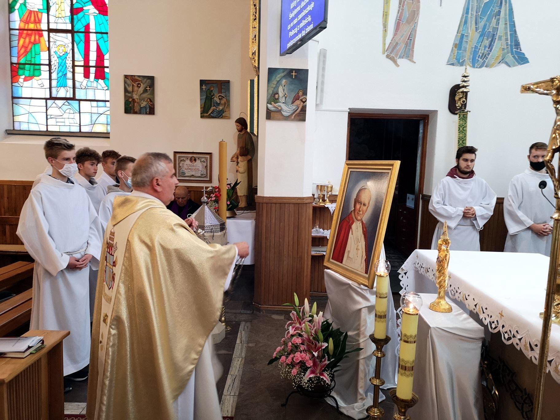 Pawęzów peregrynacja obrazu i relikwii Św. JP II